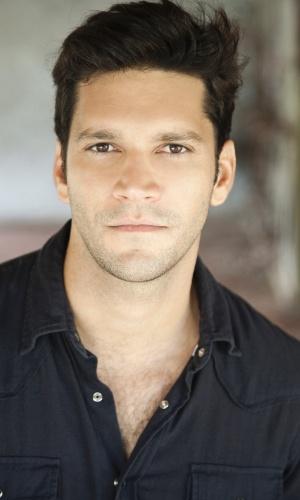 """2013 - Recifense, Armando Babaioff atuou em várias peças de teatro. Sua mais recente foi  """"O Que Você Mentir Eu Acredito"""", de Felipe Barenco"""