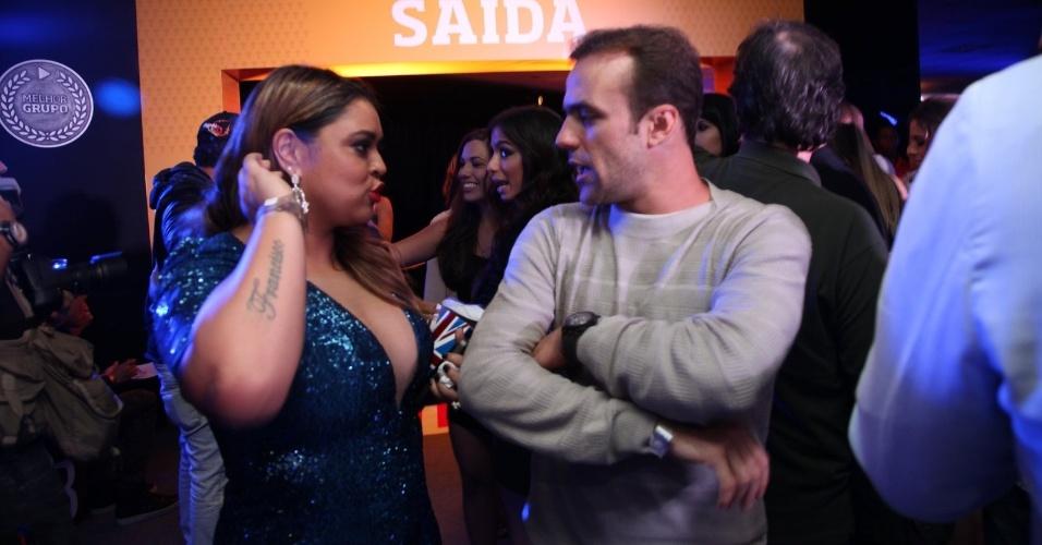 3.set.2013 - A cantora Preta Gil e o ex-jogador de futebol Roger Flores conversam na festa do Prêmio Multishow 2013 no HSBC Arena na Barra da Tijuca, Rio de Janeiro