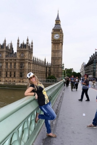 2.set.2013 - Em turnê pela Europa, Valesca Popozuda se divertiu em pontos turísticos de Londres