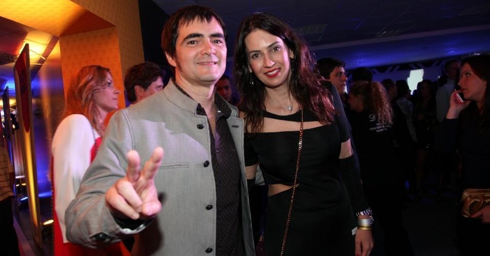 3.set.2013 - O músico Samuel Rosa, do Skank, faz pose ao lado da mulher, Ângela Castanheira na festa do Prêmio Multishow 2013 no HSBC Arena na Barra da Tijuca, Rio de Janeiro
