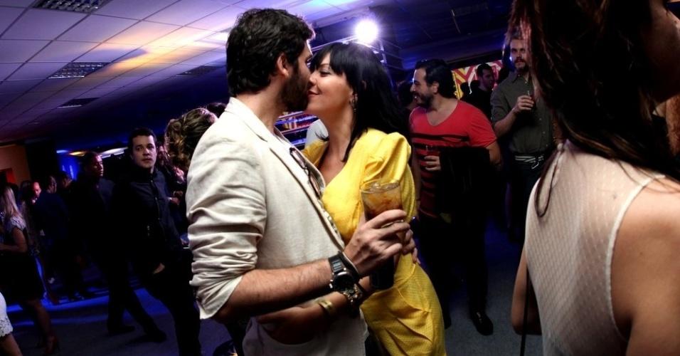 3.set.2013 - A atriz Fabíula Nascimento beija rapaz durante a festa do Prêmio Multishow 2013 no HSBC Arena na Barra da Tijuca, Rio de Janeiro