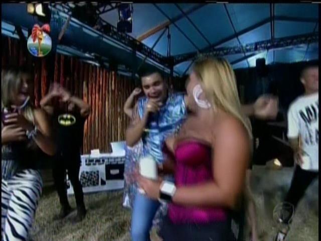 3.set.2013 - Amiga de Naldo, Mulher Filé se esbaldou em show do cantor na fazenda