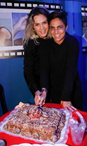 3.set.2013 - Ao lado da namorada Nilceia Santos, Thammy Miranda corta pedaço de bolo durante sua festa de anivesário. A atriz e apresentadora comemorou seus 30 anos no karaoke Coconut, em São Paulo, onde uma das salas leva seu nome