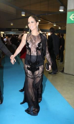 3.set.2013 - Com vestido transparente, a atriz Danielle Winits chega ao Prêmio Multishow 2013