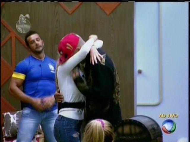 3.set.2013 - Depois de Mateus voltar da roça, Bárbara abraça o namorado