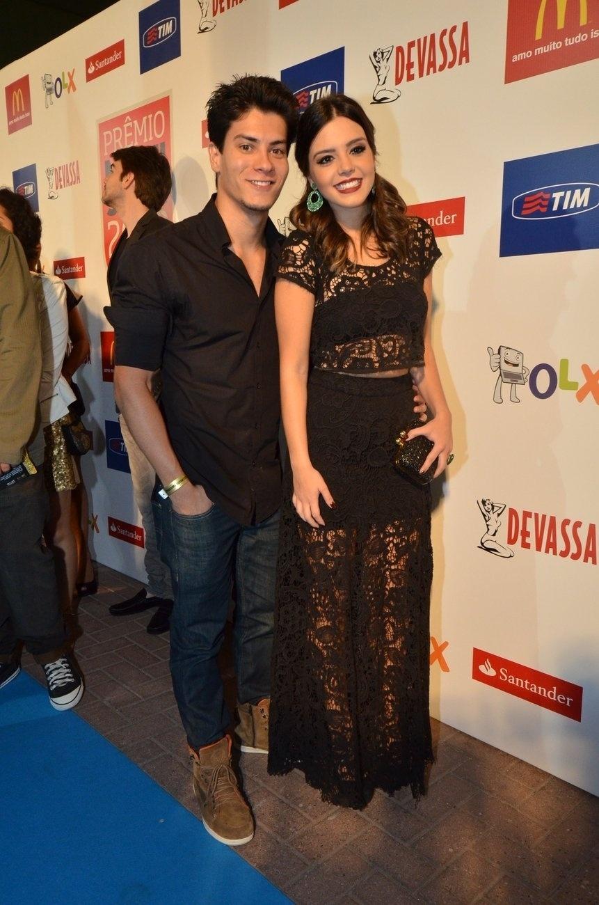 3.set.2013 - Giovanna Lancelotti  chega acompanhada do namorado Arthur Aguiar para a entrega dos prêmios Multishow 2013
