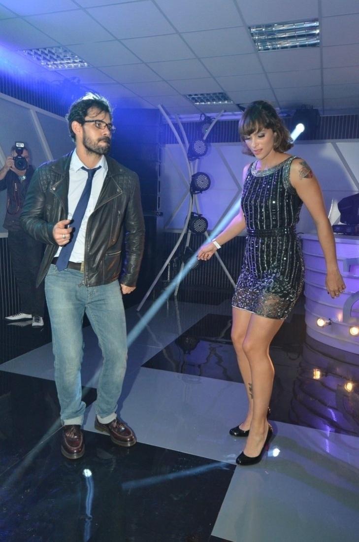 3.set.2013 - Juliano Cazarré dança com sua mulher na festa do Prêmio Multishow 2013 no HSBC Arena na Barra da Tijuca, Rio de Janeiro