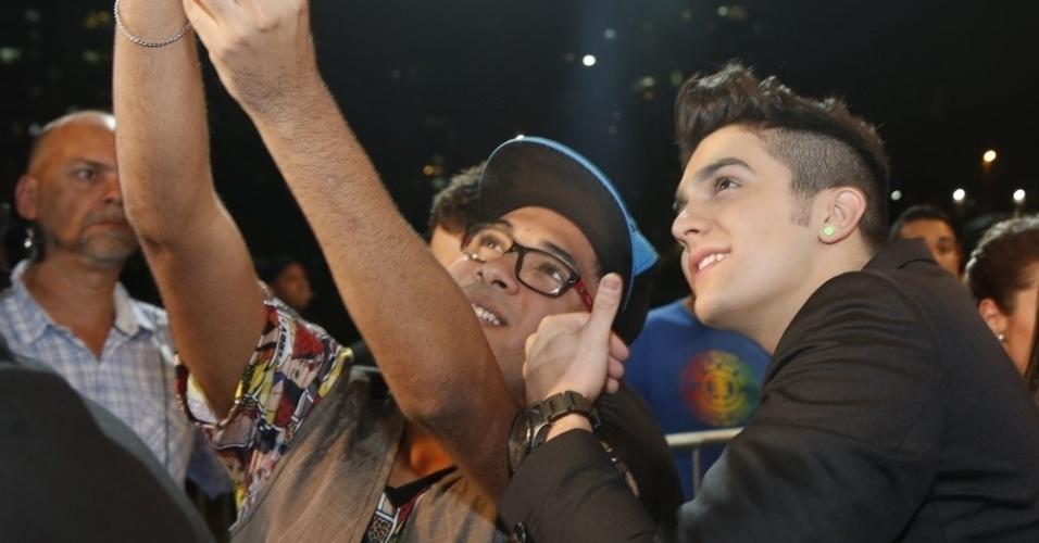3.set.2013 - Luan Santana tira foto com fã ao chegar para a entrega dos prêmios Multishow 2013