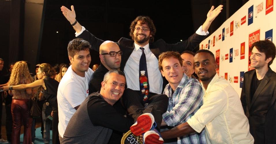 3.set.2013 - O humorista Fernando Caruso é carregado por amigos no tapete vermelho da entrega do Prêmio Multishow 2013 no HSBC Arena na Barra da Tijuca, Rio de Janeiro