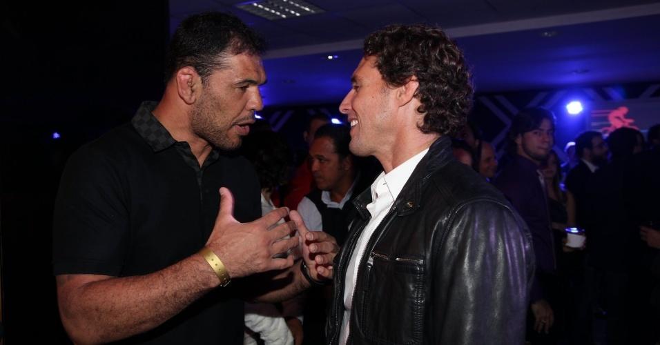 3.set.2013 - O lutador de MMA Minotauro Nogueira conversa com o apresentador e ex-judoca Flávio Canto na festa do Prêmio Multishow 2013 no HSBC Arena na Barra da Tijuca, Rio de Janeiro