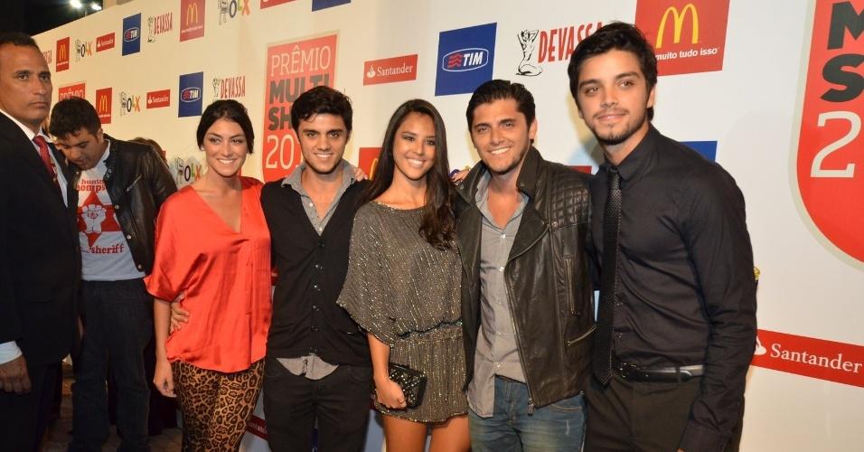 3.set.2013 - Os irmãos Rodrigo Simas, Bruno Gissoni e Felipe chegam para a entrega dos prêmios Multishow 2013; Bruno e Felipe estavam com as namoradas