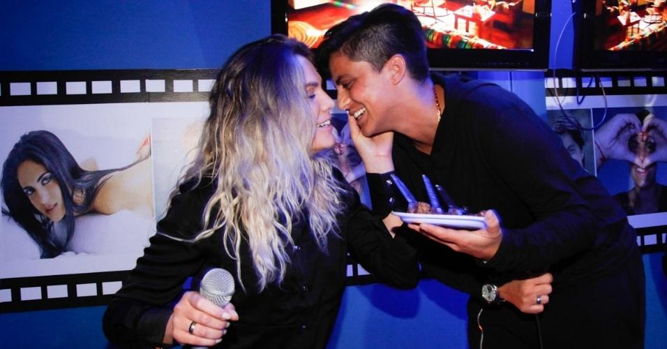 """3.set.2013 - Thammy Miranda beija a namorada Nilceia Santos após cantar o """"Parabéns"""" em sua festa de aniversário. Segundo a coluna Outro Canal, da """"Folha"""", a atriz  foi pedida em casamento pela amada durante gravação do """"Programa da Eliana"""". Thammy comemorou seus 30 anos no karaoke Coconut, em São Paulo, onde uma das salas leva seu nome"""