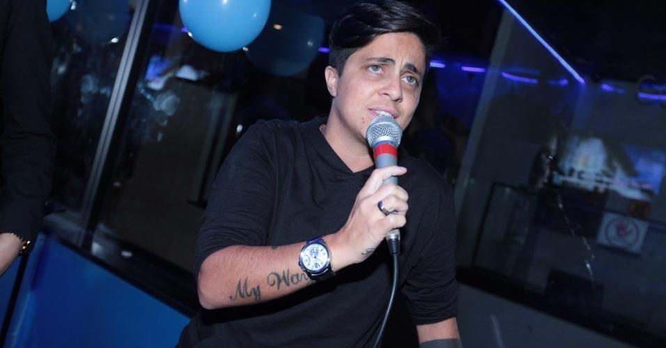 3.set.2013 - Thammy Miranda canta durante sua festa de anivesário. A atriz e apresentadora comemorou seus 30 anos no Coconut, em São Paulo, onde uma das salas leva seu nome