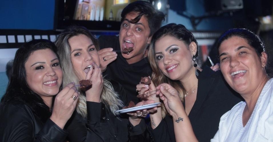 3.set.2013 - Thammy Miranda come bolo com a namorada Nilceia Santos e amigas durante sua festa de anivesário