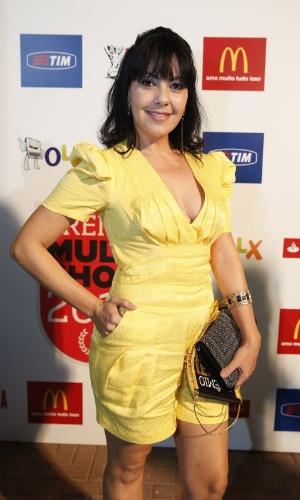 3.set.2013 - Fabíula Nascimento apareceu de vestido amarelo e cabelos escuros no Prêmio Multishow 2013