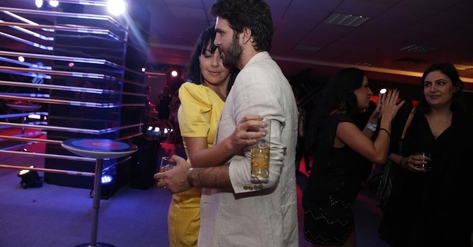Atriz Fabiula Nascimento posa ao lado do namorado, o diretor e ator Felipe Bond na festa do prêmio Multishow