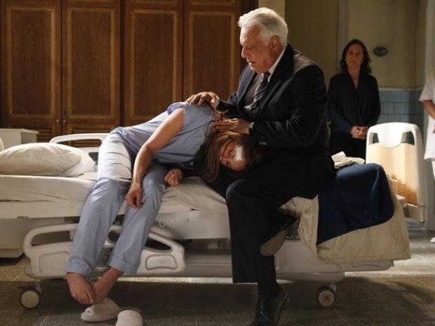"Em ""Amor à Vida"", César vê Paloma dopada, mas prefere deixá-la internada"
