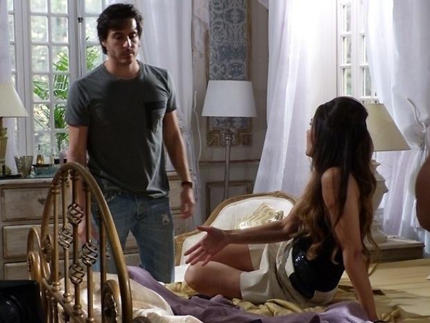 """Em """"Amor à Vida"""", Leila usa o perfume de Nicole para seduzir Thales"""