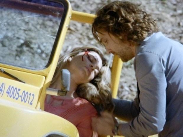 """Em """"Flor do Caribe"""", Ester sofre acidente e é socorrida por Alberto"""