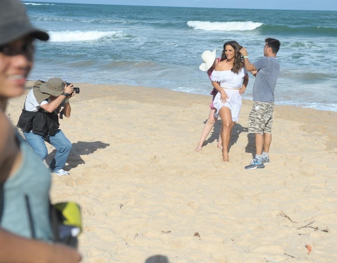 05.ago.2013 - Ivete Sangalo exibiu belas pernas durante gravação de um comercial de uma lâmina para depilação feminina, na Praia do Forte, em Salvador