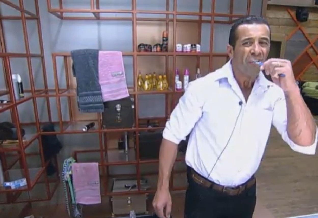 05.set.2013 - Marcos Oliver escovando os dentes