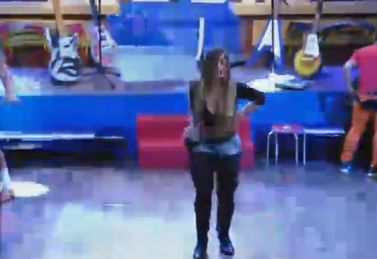 4.set.2013 - Andressa Urach dançou sozinha durante horas
