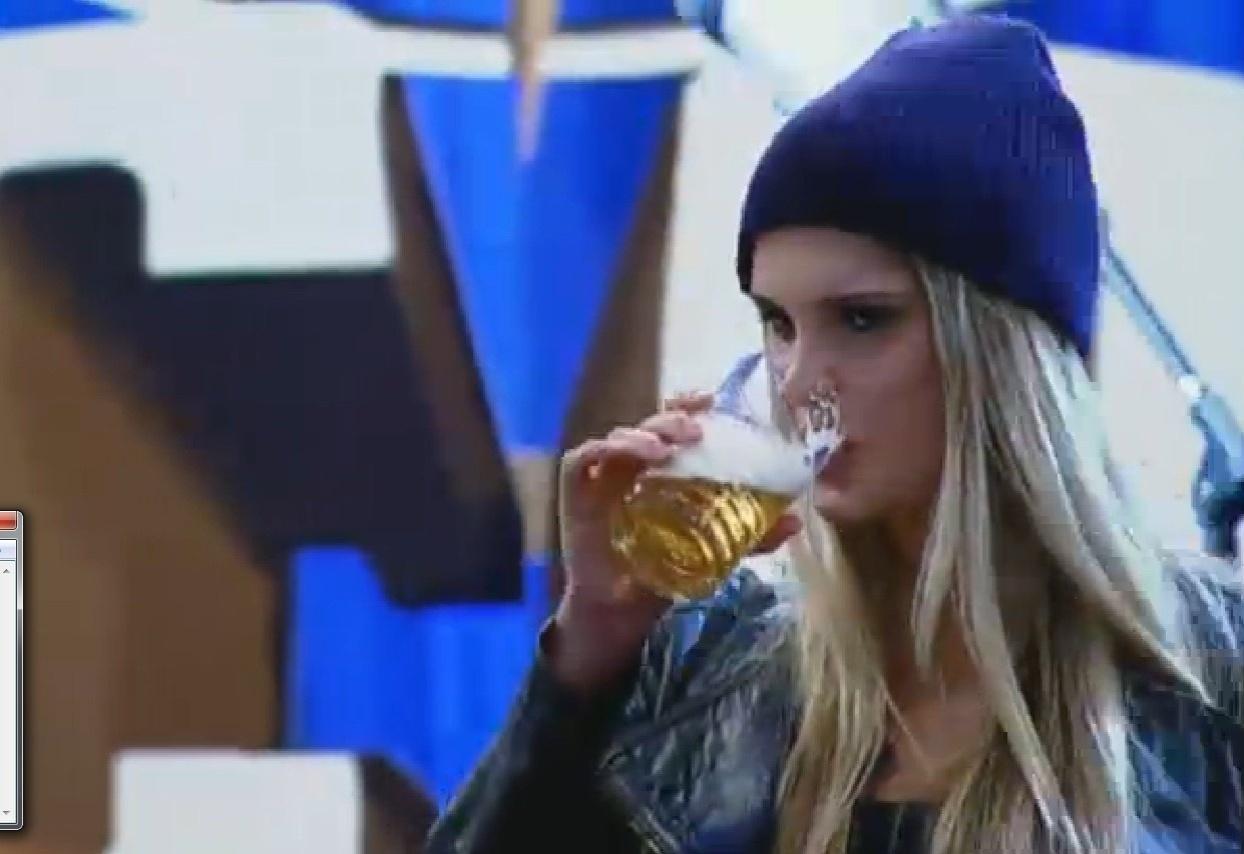 4.set.2013 - Como seus colegas de confinamento, Bárbara Evans tomou bastante cerveja durante a festa