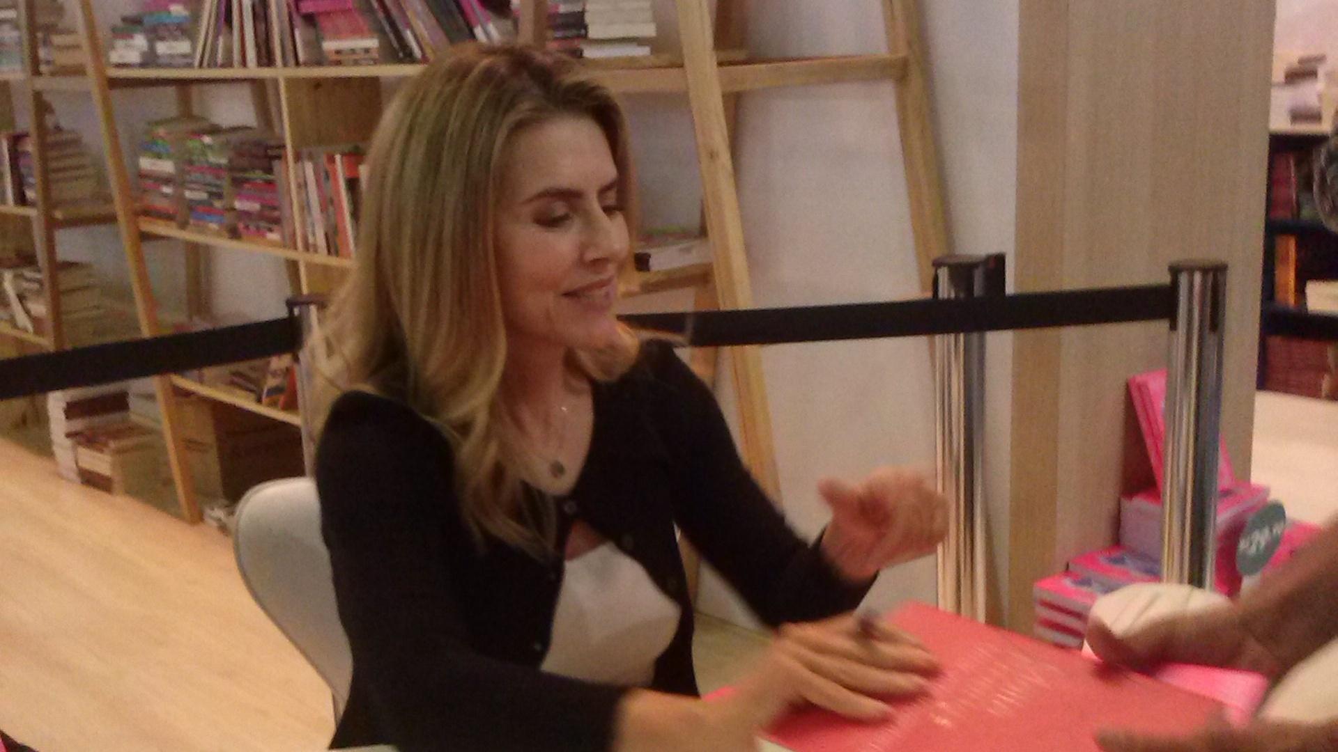 4.set.2013 - No evento, Maitê autografou seu livro