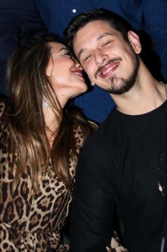 4.set.2013 - Sabrina Sato e o namorado, João Vicente de Castro, trocam carinhos e sorrisos no
