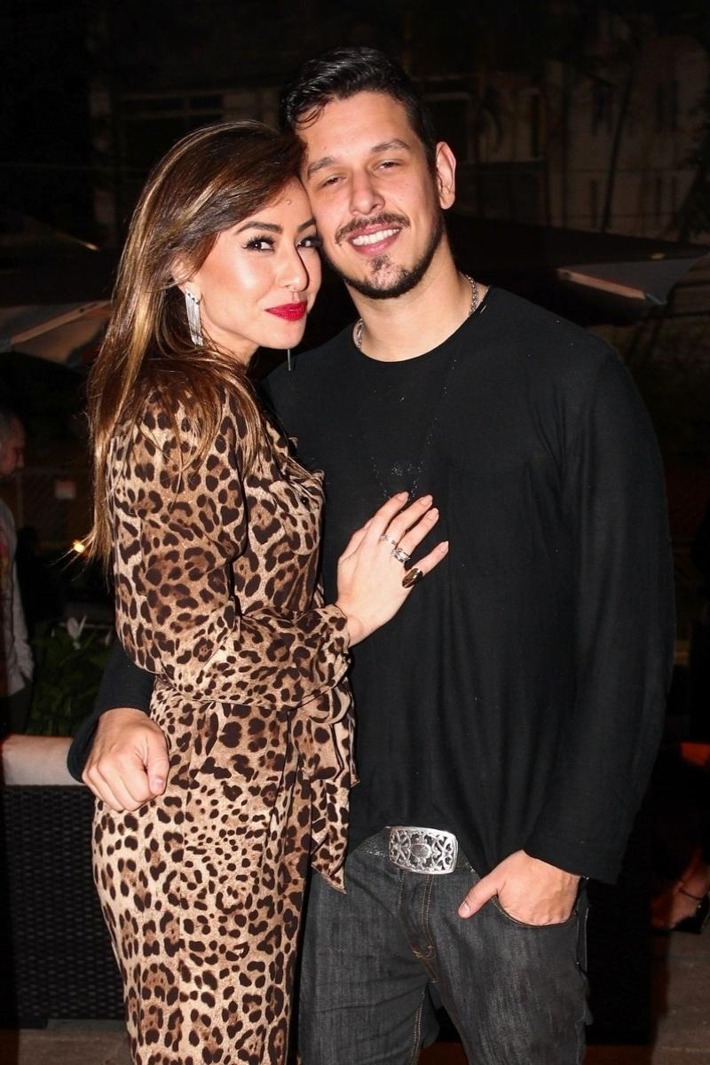 4.set.2013 - Sabrina Sato posa com o namorado, João Vicente de Castro, no