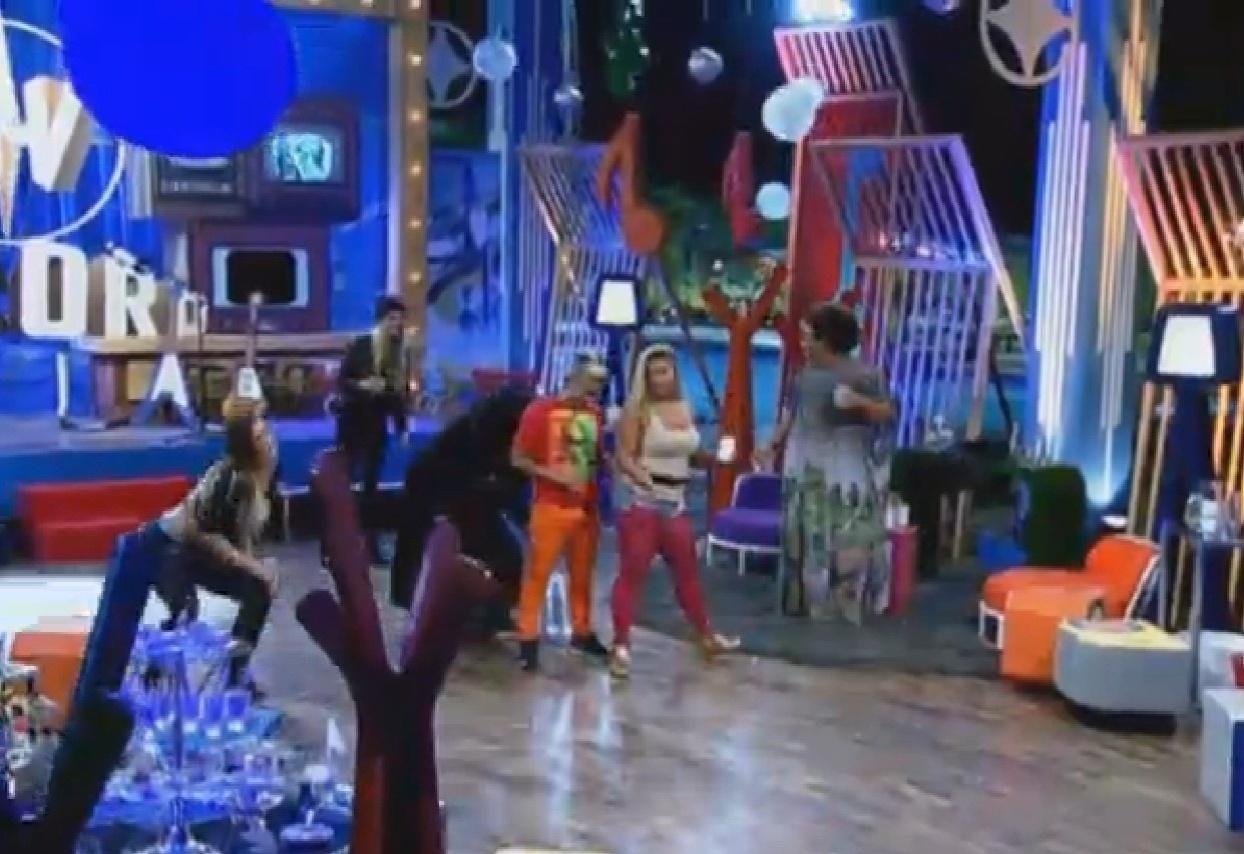 4.set.2013 - Yudi e Filé dançaram juntinhos durante festa