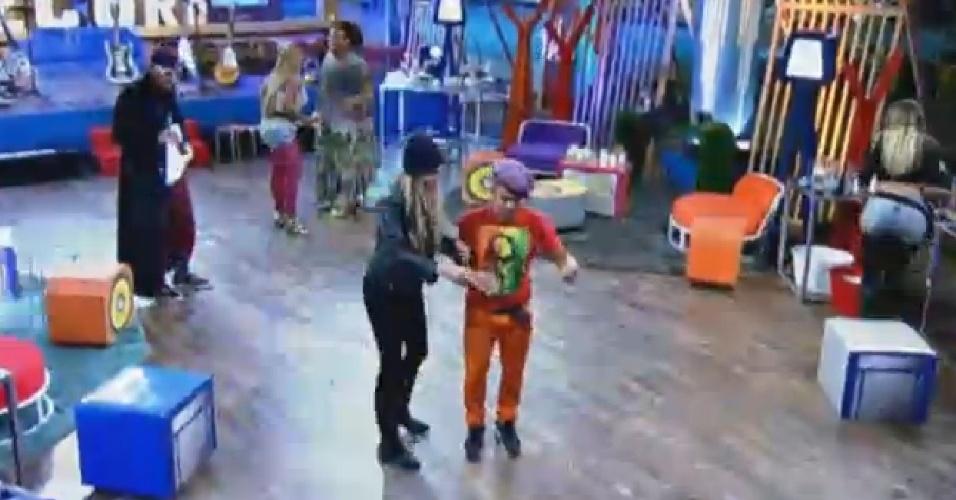 4.set.2013 - Yudi ensaiou passo de dança com Bárbara Evans
