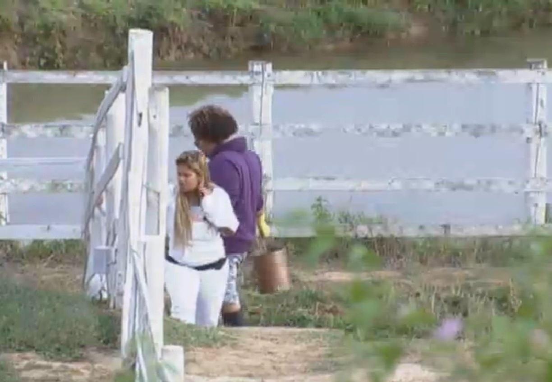 5.set.2013 - Ainda indisposta depois de festa, Mulher Filé também foi cuidar dos animais