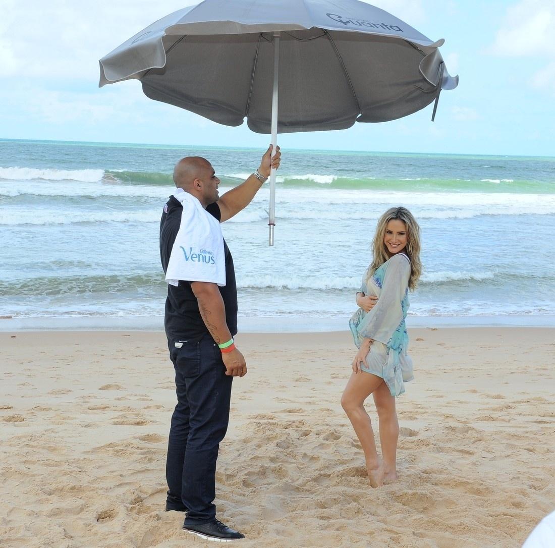 5.set.2013 - Claudia Leitte grava campanha na praia do Forte, em Salvador. Recentemente, a cantora disse que tem planos de aumentar a família