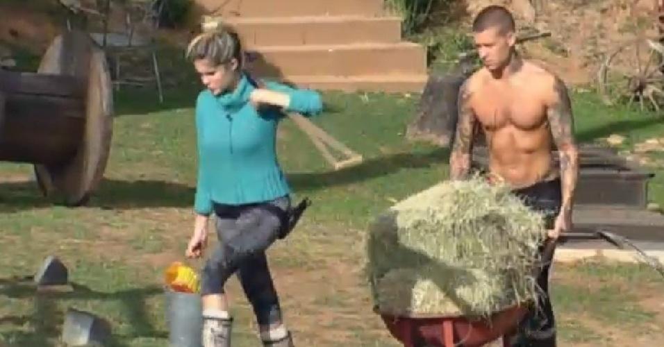 5.set.2013 - Mateus Verdelho ajuda Bárbara Evans a cuidar dos cavalos