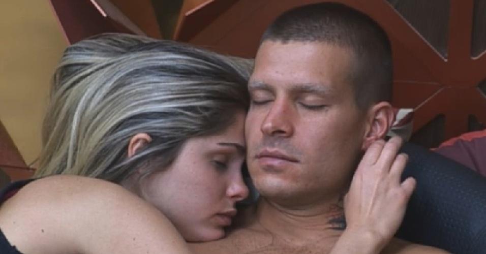 5.set.2013 - Sonolenta, Bárbara abraça Mateus na manhã desta quinta-feira