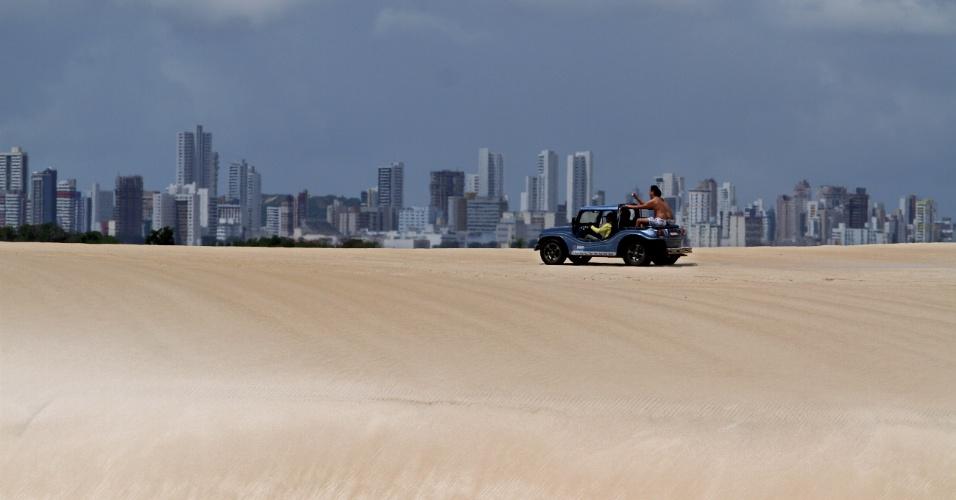 As dunas de Genipabu, tão próximas de Natal (RN), formam um contraste interessante entre natureza e a área urbana