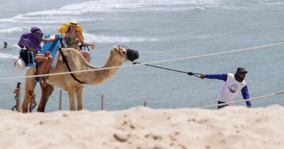 Curioso passeio de dromedário faz a festa dos turistas nas dunas de Genipabu, a poucos quilômetros de Natal (RN)