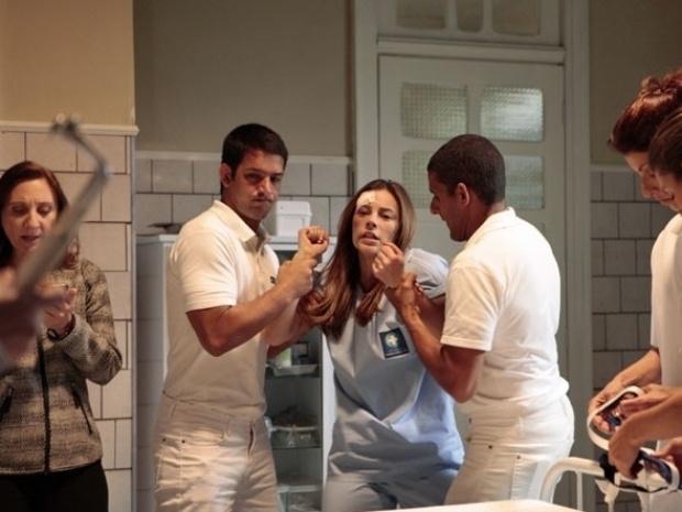 """Em """"Amor à Vida"""", Paloma desmaia ao receber choque em tratamento"""