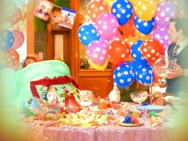"""Em """"Saramandaia"""", Redonda come toda a comida da bodas de prata"""