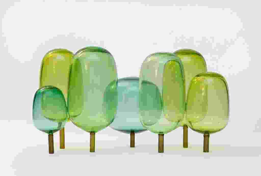 """O designer norueguês Andreas Engesvik (www.andreasengesvik.no), em parceria com estúdio StokkeAustad (www.stokkeaustad.com)- também de Oslo -, criaram as esculturas de vidro """"The Woods"""" feitas de vidro colorido e inspiradas nas florestas e nas """"luzes do Norte"""". As peças estão expostas na Paris Design Week, de 9 a 15 de setembro de 2013. O evento é paralelo à Maison et Objet, feira bianual de design e mobiliário de luxo na capital francesa - Divulgação"""
