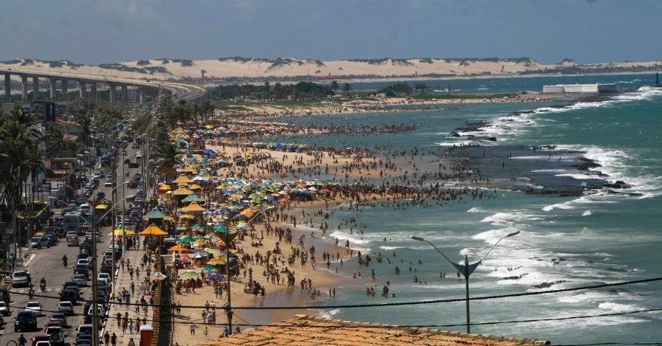 Orla de Natal (RN): praia do Meio, praia do Forte e Redinha. Ao fundo estão as dunas de Genipabu