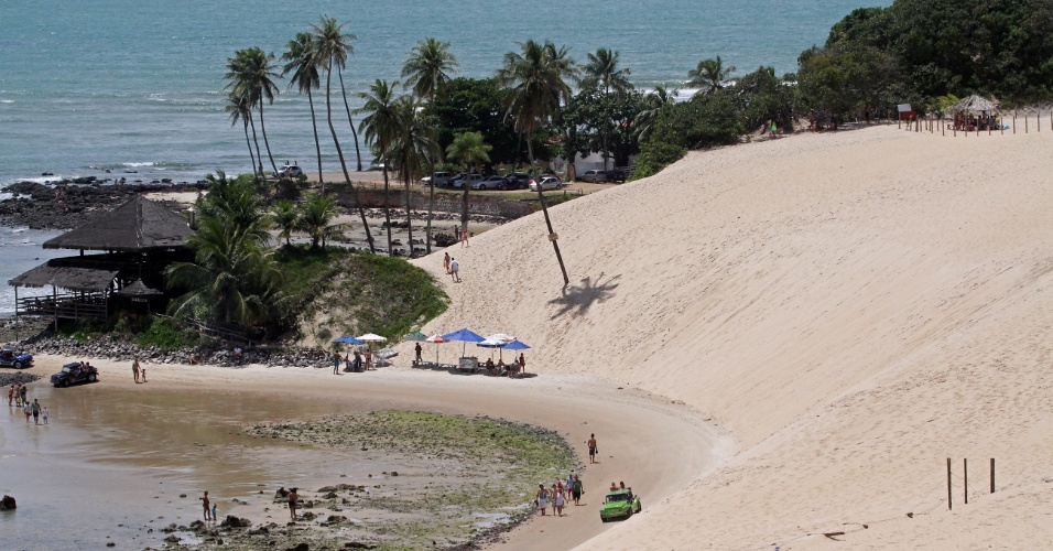 Passeio de bugue leva turistas pela imensidão das dunas de Genipabu, na região metropolitana de Natal (RN)