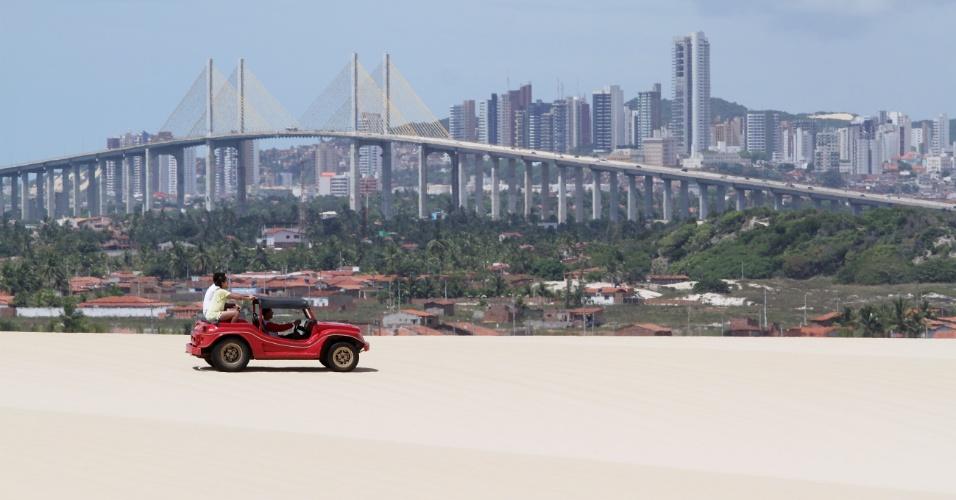 Passeio de bugue nas dunas é aventura certa a poucos quilômetros de Natal (RN)