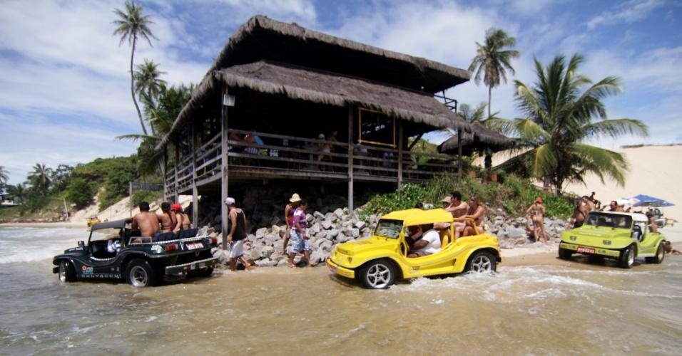 Restaurante que avança sobre o mar é um dos cartões postais da praia de Genipabu, na região metropolitana de Natal (RN)
