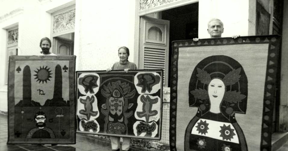 - o escritor, poeta e dramaturgo Ariano Suassuna, sua mulher Zélia e seu filho Dantas posam para foto com tapeçaria na casa em Recife (PE). (Foto: . Negativo: 12116-1991)