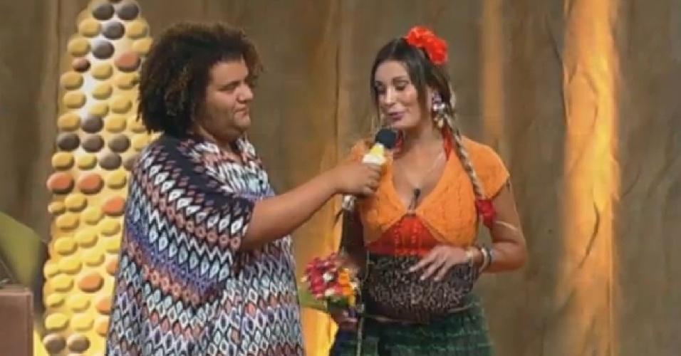 06.set.2013 - Andressa Urach dá entrevista para Gominho durante atividade