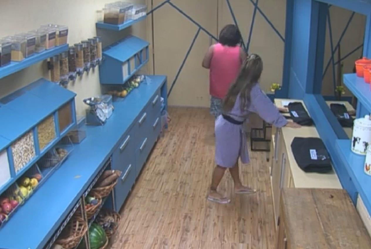 06.set.2013 - Denise Rocha vai à despensa pegar sacola onde colocará pertences que vai levar para celeiro