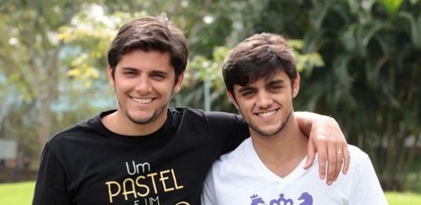 """Felipe Simas posa com o irmão Bruno Gissoni nos bastidores de """"Flor do Caribe"""""""