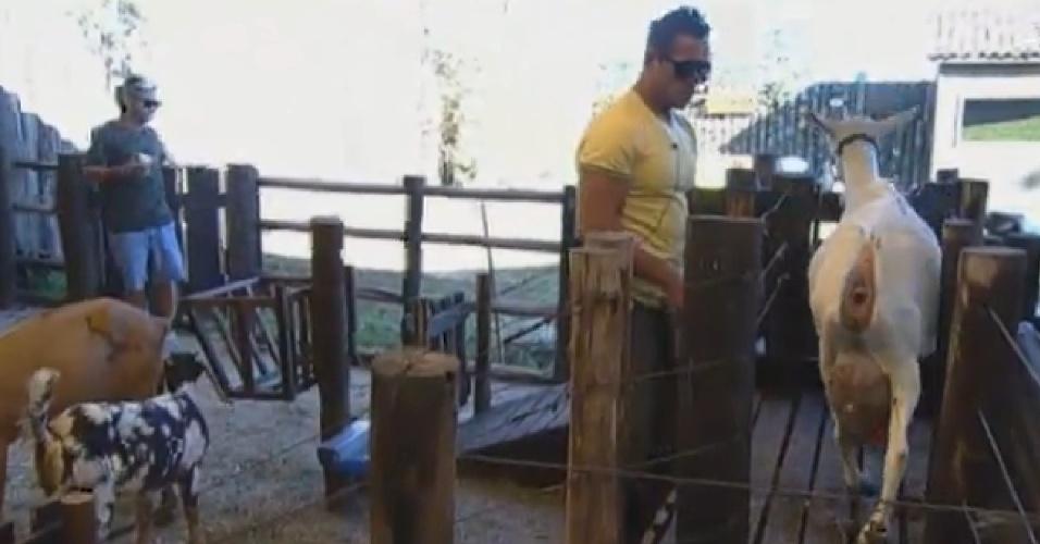6.set.2013 - Com dificuldade para cuidar das cabras, Oliver pediu ajuda para Yudi